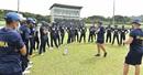 Sri Lanka head coach Mickey Arthur has a chat with the players, Kandy, June 24, 2020