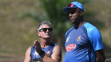 Courtney Walsh talks to Steve Rhodes during their time together with the Bangladesh team