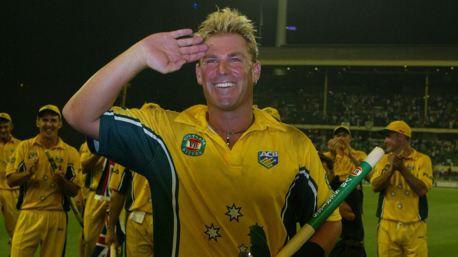 Shane Warne salutes the crowd at Melbourne after making his final ODI appearance