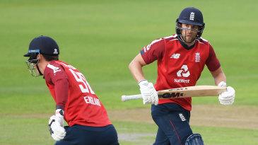 Tom Banton and Dawid Malan run between the wickets