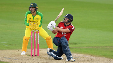 Dawid Malan slog-sweeps for another boundary