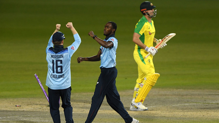 Eoin Morgan celebrates with Jofra Archer after Mitchell Marsh's wicket