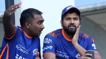 Mahela Jayawardene and Rohit Sharma plan things before the game