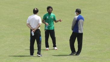 Mominul Haque chats with selectors Minhajul Abedin Nannu (L) and Habibul Bashar