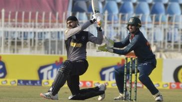 Shoaib Malik shapes up for a big hit