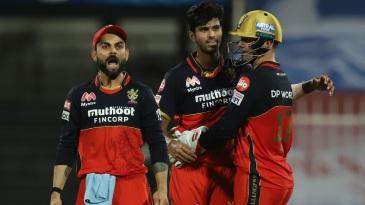 Virat Kohli and AB de Villiers join Washington Sundar in celebrating a wicket
