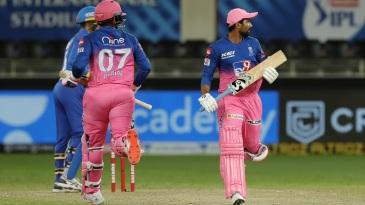 Robin Uthappa and Rahul Tewatia complete a single