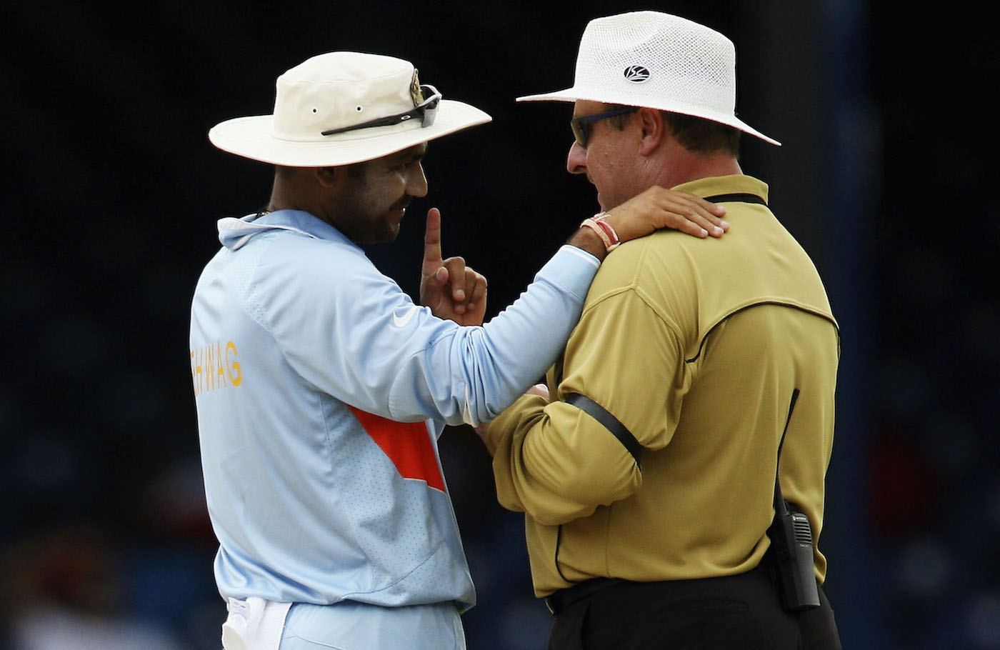 Oat couture: Virender Sehwag thinks that shirt on Ian Howell shouldn't be a-loud