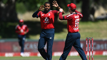 Chris Jordan celebrates with Eoin Morgan after removing Quinton de Kock