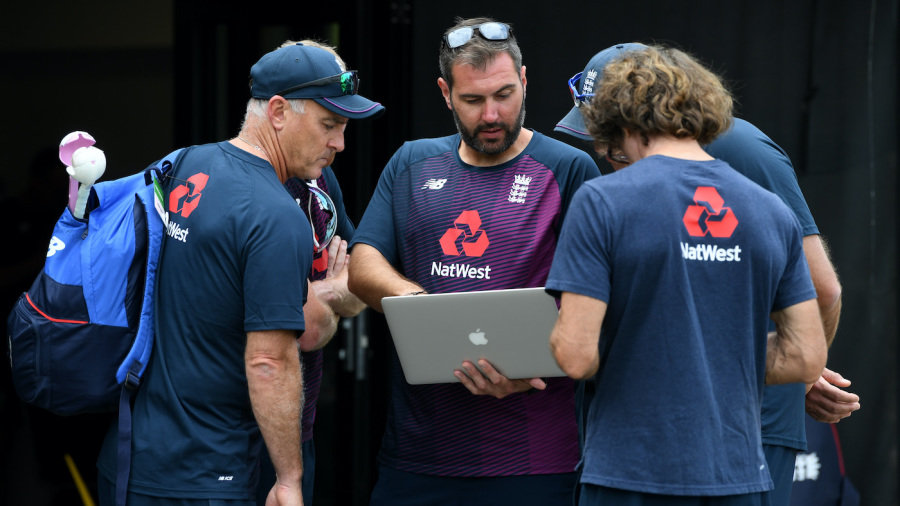 England team analyst Giles Lindsay (centre) speaks with head coach Chris Silverwood (left) and wicketkeeping coach Bruce French (right)
