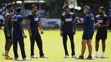 Vishwa Fernando, Isuru Udana, Suranga Lakmal, Kasun Rajitha and Lahiru Kumara talk to coach Mickey Arthur