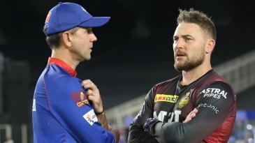 Delhi Capitals' Ricky Ponting and Kolkata Knight Riders' Brendon McCullum have a chat