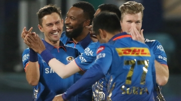 Mumbai Indians get together after Trent Boult's early strike