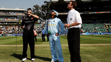Daniel Vettori tosses the coin while MS Dhoni looks on