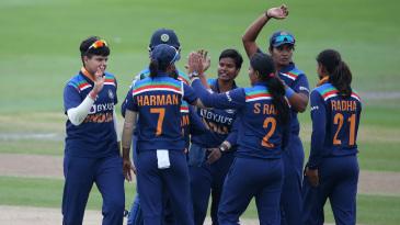 The Indian team gathers around Deepti Sharma to celebrate their win