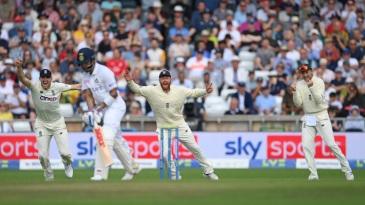 England players react as Virat Kohli is dismissed