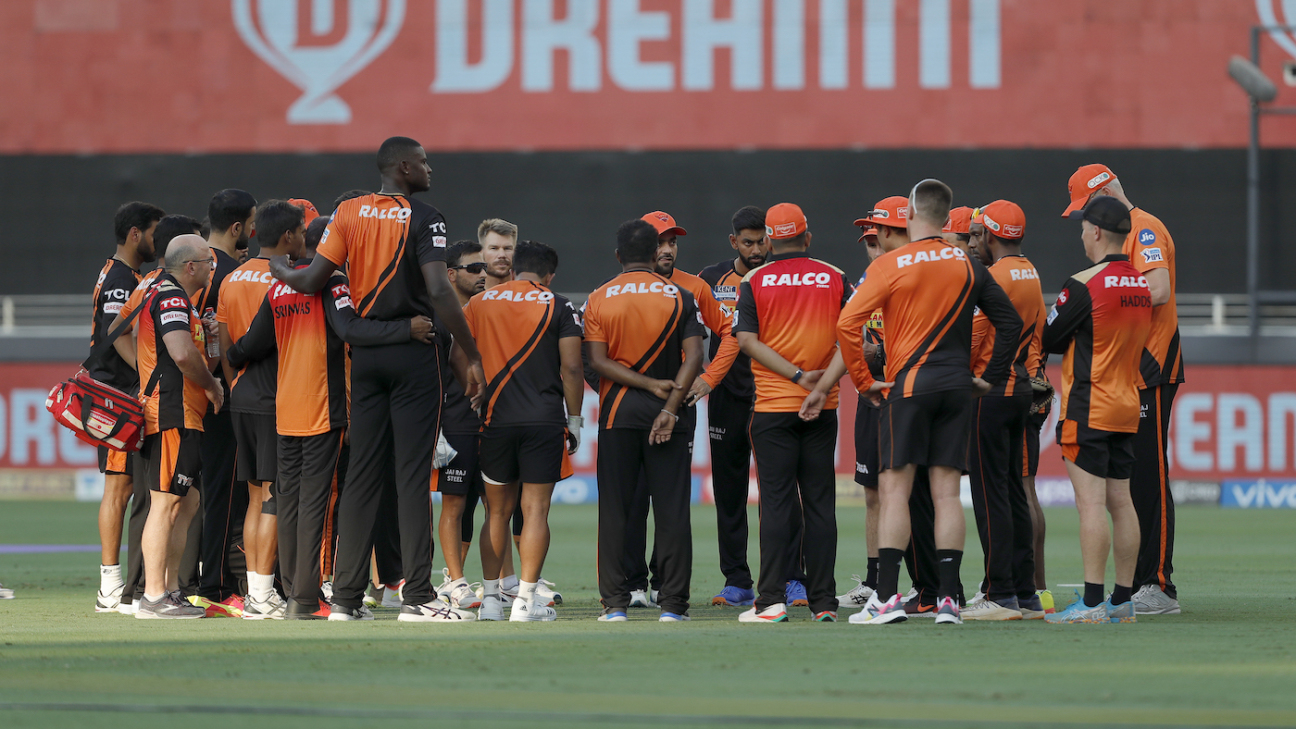 The Sunrisers Hyderabad team gets into a huddle