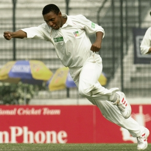 Tinashe Panyangara celebrates Nafis Iqbal's wicket, Bangladesh v Zimbabwe, 2nd Test, Dhaka, 5th day, January 18 2005