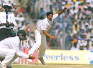 Saqlain Mushtaq in action, India v Pakistan, Asia Test Championship, Eden Gardens, Calcutta, 16-20