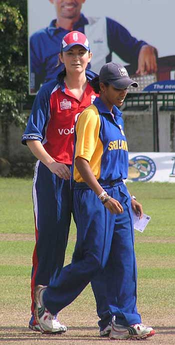 Charlotte Edwards and Sadamali Kumuduni at the toss
