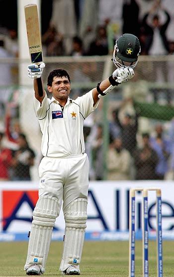 Kamran Akmal celebrates a magnificent hundred, India v Pakistan, 3rd Test, Karachi, 1st day, January 29, 2006