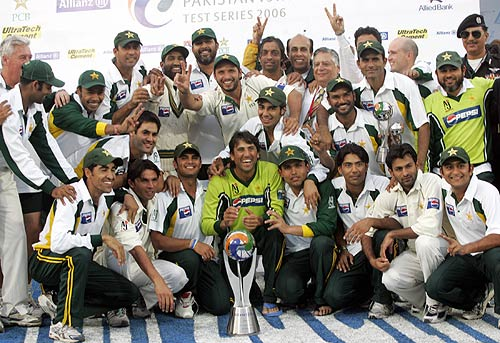 The victorious Pakistan team pose with the trophy, Pakistan v India, 3rd Test, 4th day, Karachi, February 1,2006
