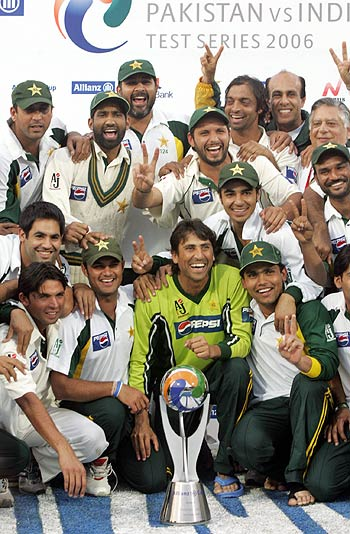Pakistan celebrate their 1-0 series win over India, Pakistan v India, 3rd Test, 4th day, Karachi, February 1,2006