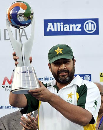 Inzamam-ul-Haq proudly holds the winners trophy after wrapping the series 1-0, Pakistan v India, 3rd Test, 4th day, Karachi, February 1 2006