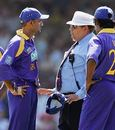 Marvan Atapattu discusses a disputed catch off Ricky Ponting with Peter Parker, Australia v Sri Lanka, VB Series, 2nd Final, Sydney, February 12, 2006
