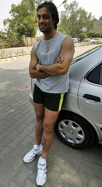 Shoaib Akhtar, recovering from knee surgery, poses outside a gym in Lahore, march 16, 2006
