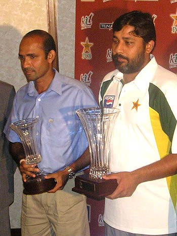 Inzamam-ul-Haq and Marvan Atapattu pose with the trophies, Colombo, March 17, 2006