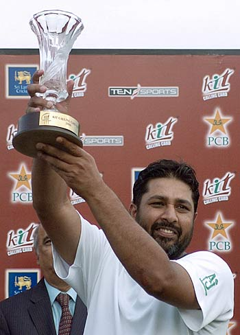 Inzamam-ul-Haq holds the trophy aloft after Pakistans victory, Sri Lanka v Pakistan, 3rd ODI, Colombo SSC, March 22, 2006