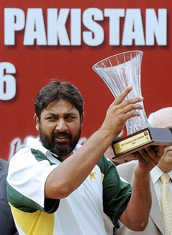 Inzamam-ul-Haq poses with the trophy after Pakistan won the series, Sri Lanka v Pakistan, 2nd Test, Kandy, 3rd day, April 5, 2006