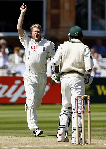 Matthew Hoggard celebrates after nailing Mohammad Sami early on the third day