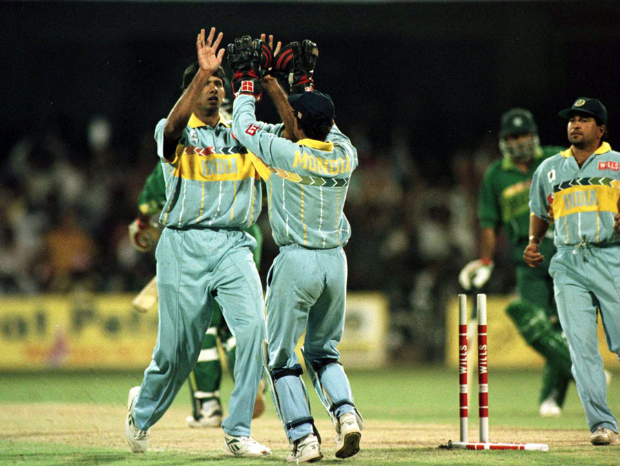 Venkatesh Prasad celebrates after bowling Aamer Sohail
