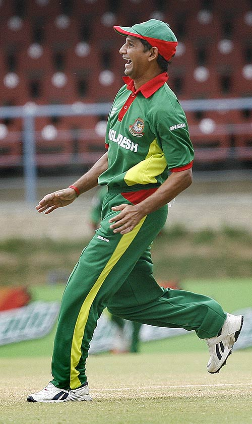 Bangladesh fans pledge support to Habibul Bashar.