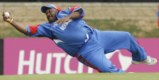 Dwayne Leverock takes a stunning one-handed catch to dismiss Robin Uthappa, Bermuda v India, Group B, Trinidad, March 19, 2007