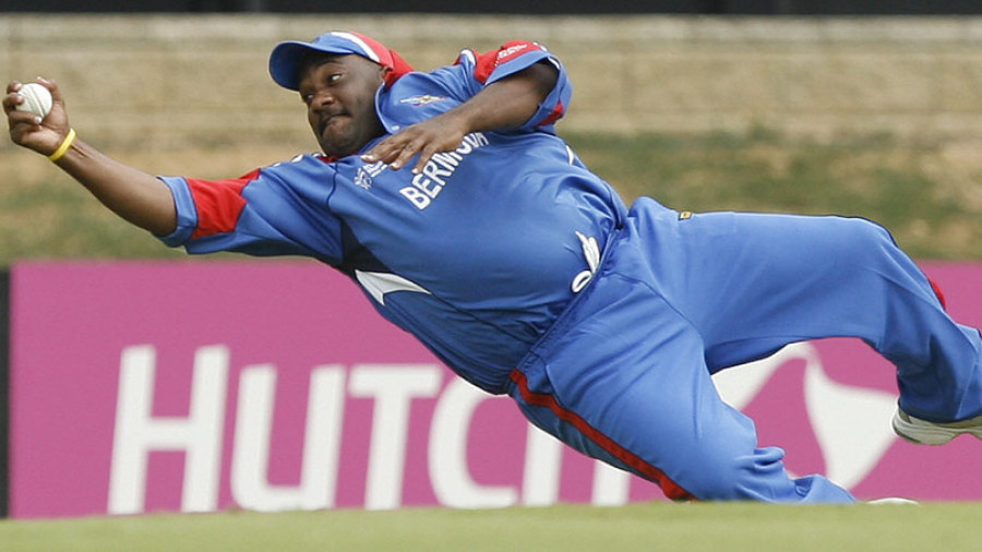 Dwayne Leverock takes a stunning one-handed catch to dismiss Robin Uthappa