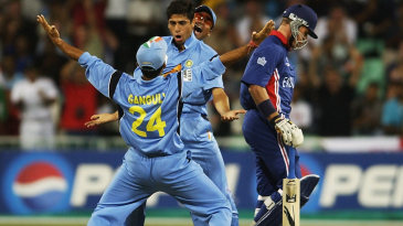 Ashish Nehra celebrates with Sourav Ganguly after taking the wicket of Alec Stewart