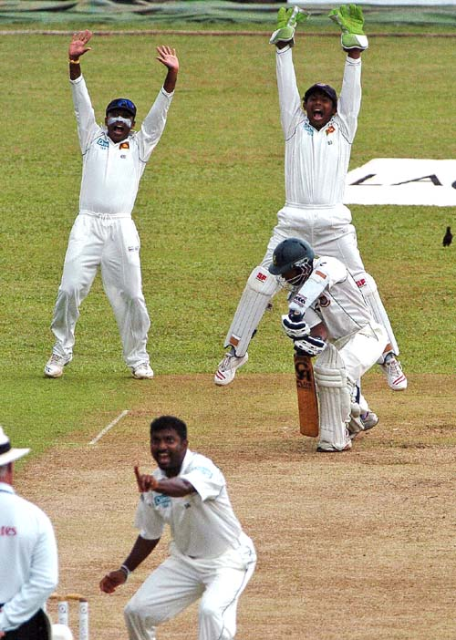 Muralitharan picked two quick wickets to convert Bangladesh's steady start into struggle