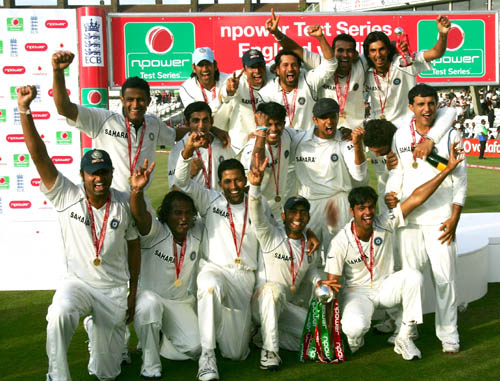 The Indian players pose with the trophy, England v India, 3rd Test, The Oval, 5th day, August 13, 2007