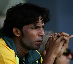 Mohammad Asif watches Pakistan's first warm-up match from the sidelines, Pakistan v Zimbabwe, warm-up match, ICC World Twenty20, Centurion, September 8, 2007
