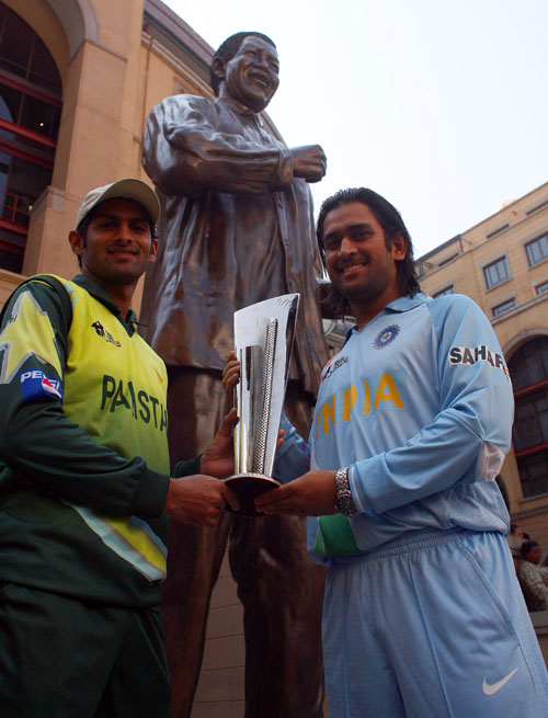 Shoaib Malik and Mahendra Singh Dhoni pose with the ICC World Twenty20 Trophy