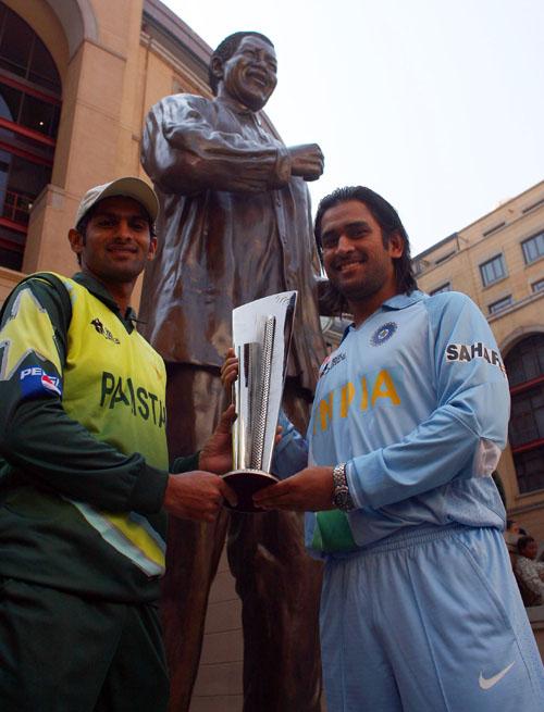 Shoaib Malik and Mahendra Singh Dhoni pose with the ICC World Twenty20 Trophy