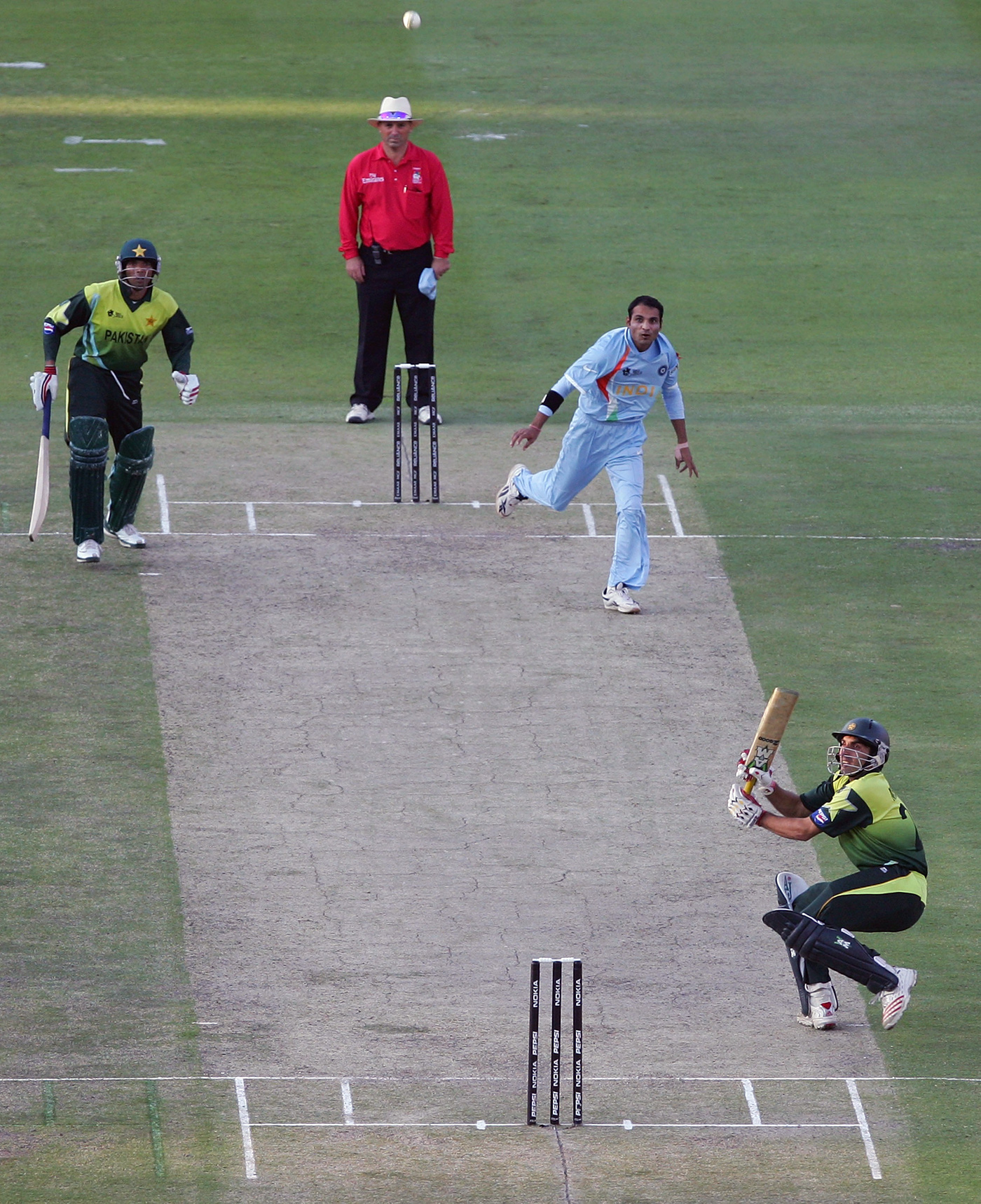 That fateful scoop - Misbah-ul-Haq scoops Joginder Sharma off what was the final ball of the match, India v Pakistan, ICC World Twenty20 final, Johannesburg, September 24, 2007