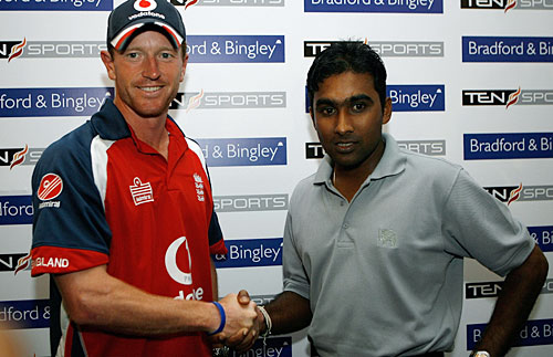 Paul Collingwood and Mahela Jayawardene exchange handshakes for the cameras, Colombo, September 27, 2007