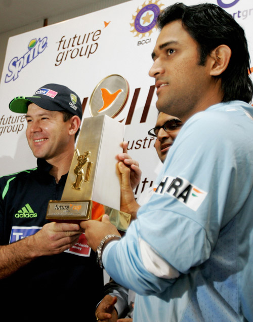 Ricky Ponting and Mahendra Singh Dhoni unveil the Future Cup, Bangalore, September 28, 2007