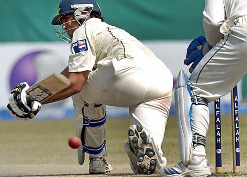Younis Khan plays the sweep shot, Pakistan v South Africa, 1st Test, Karachi, 5th day, October 5, 2007