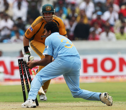 Zaheer Khan makes a hash of a run-out chance, India v Australia, 3rd ODI, Hyderabad, October 5, 2007