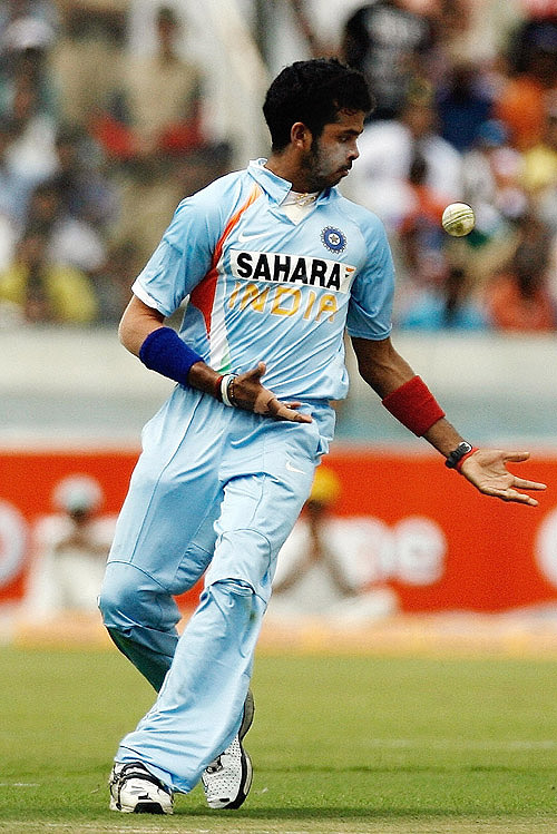 Sreesanth drops a sitter while bowling the last over of the innings, India v Australia, 3rd ODI, Hyderabad, October 5, 2007